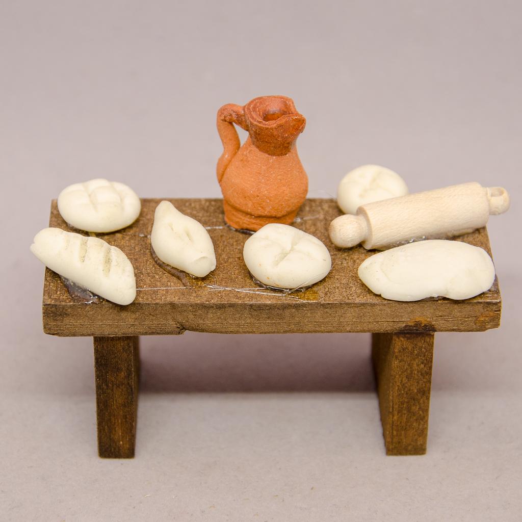 Tisch mit Brot und Krug