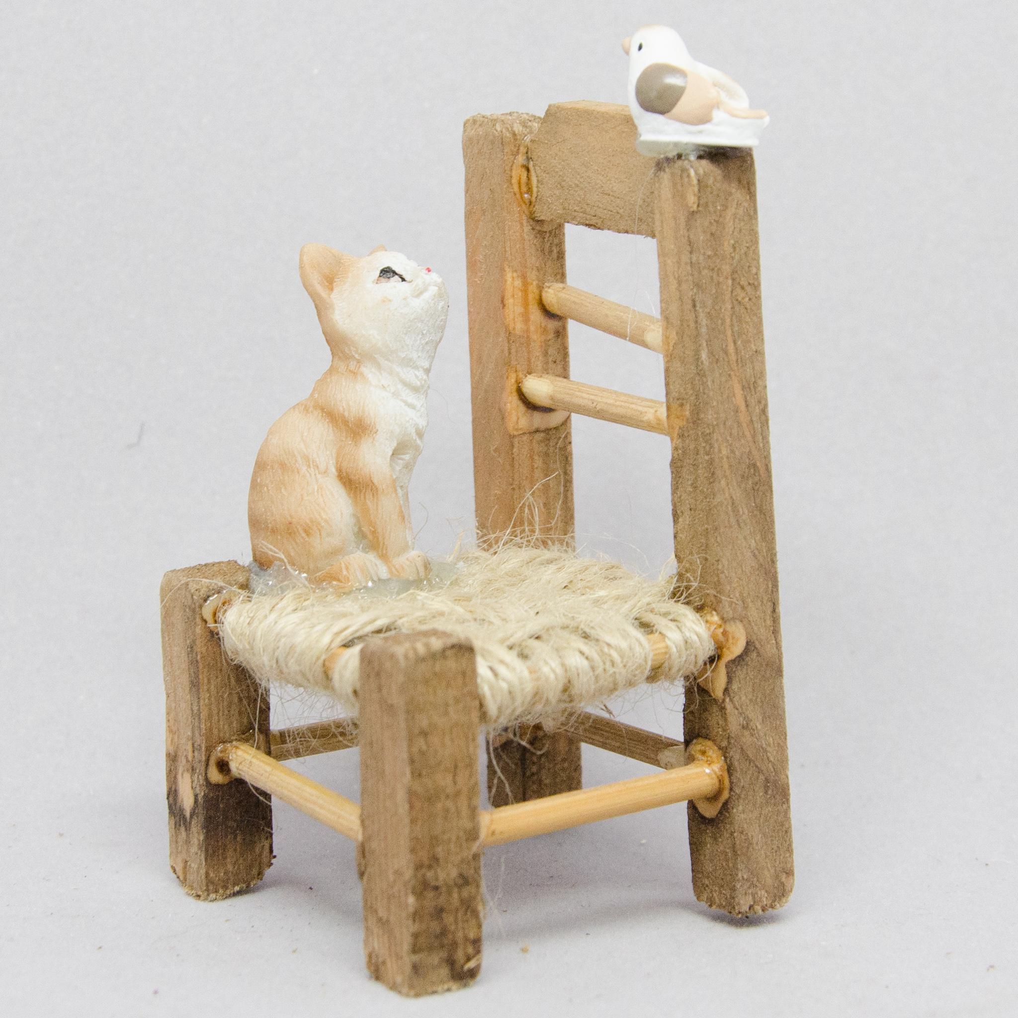 Stuhl mit Katze und Vogel