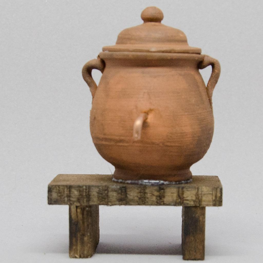 Keramiktopf antikisiert auf Holzbank