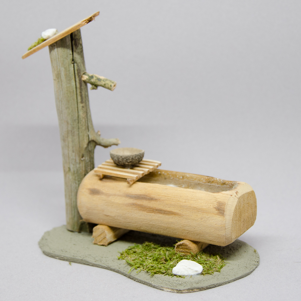 Baumstammtränke mit Rost und Schale