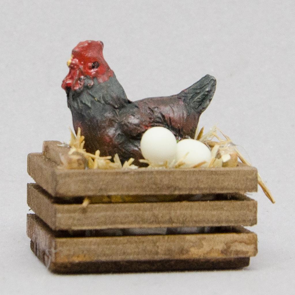 Holzkiste mit Huhn und Eier