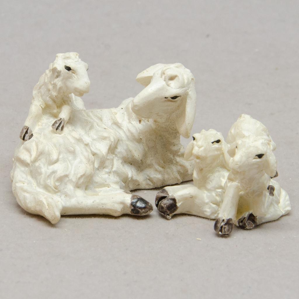Schaf mit Lämmergruppe