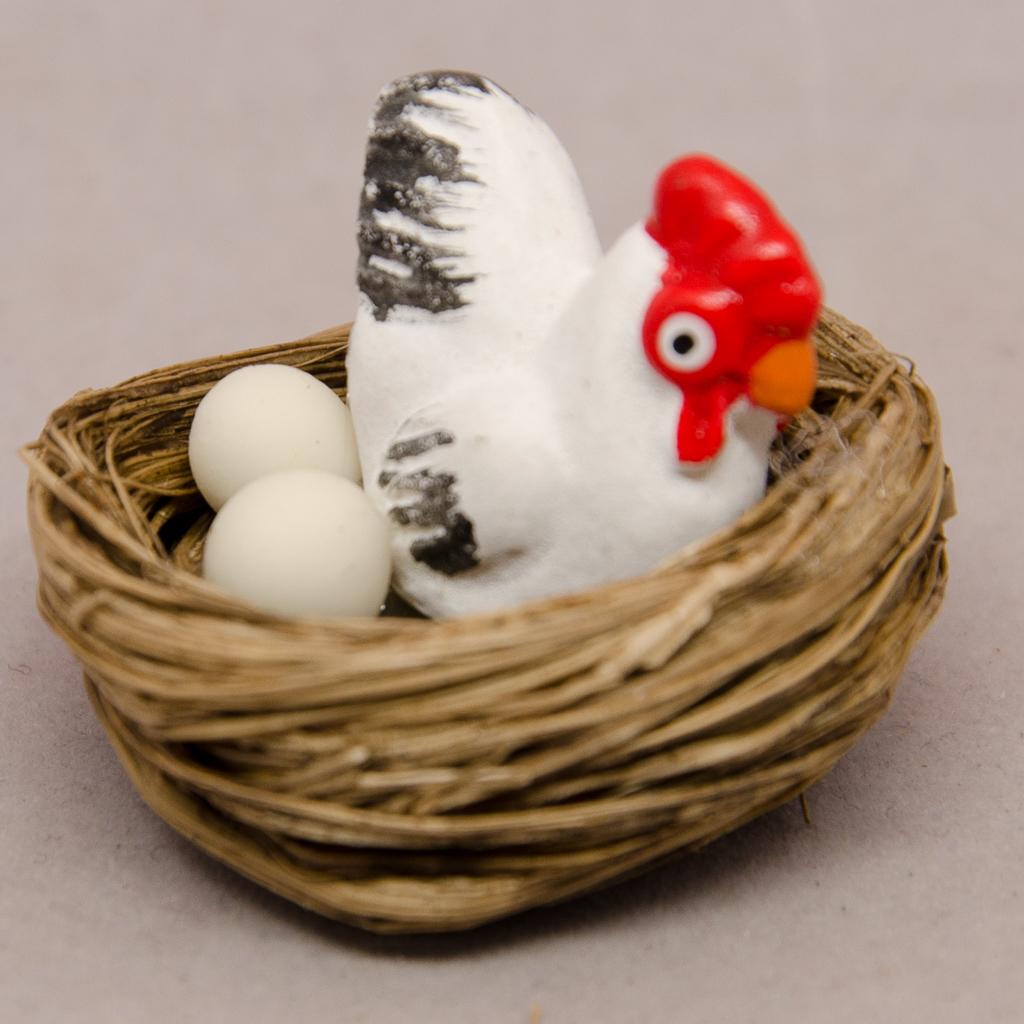 Nest mit Huhn und Eier