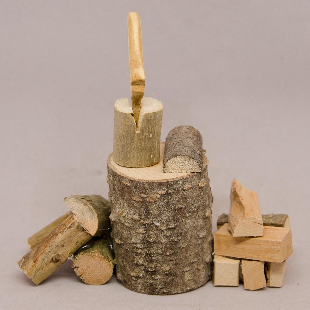 Hackstock mit Axt und Holzscheite